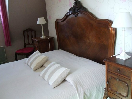 Les Hautes Gatinieres: Lovely, comfortable antique bed