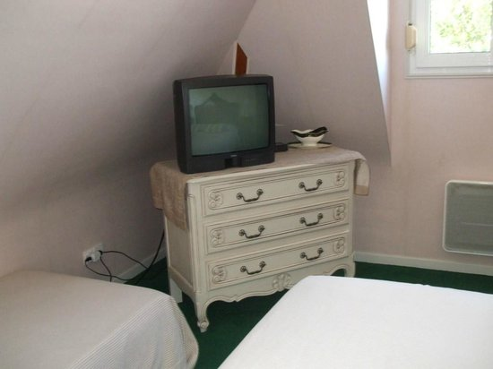 Les Hautes Gatinieres: TV and dresser in room