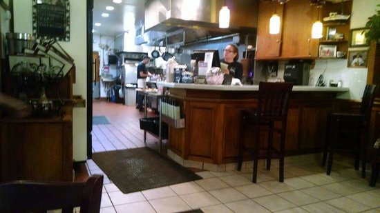 Samos Restaurant: Look right in to spotless kitchen
