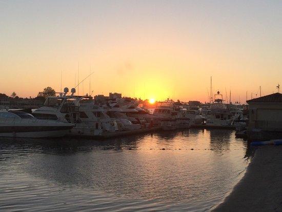 Balboa Bay Resort: Sunset from waterside bar