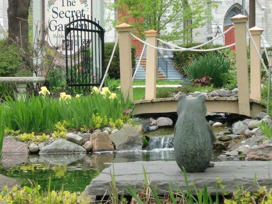 Secret Garden Bed & Breakfast Inn: Kermit watches over the pond
