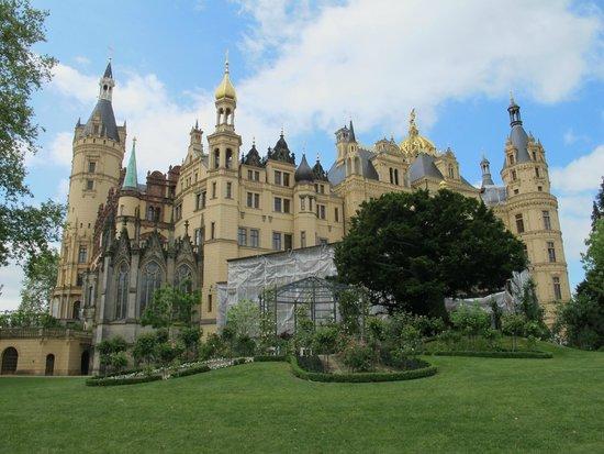 Schwerin Castle (Schweriner Schloss): veduta castello visto dai giardini
