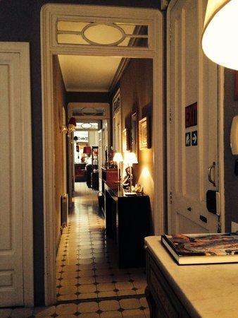 Casa de Billy Barcelona : Hallway going towards dining area on the first floor