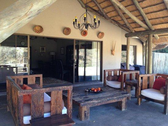 Jock Safari Lodge : en una salita exterior