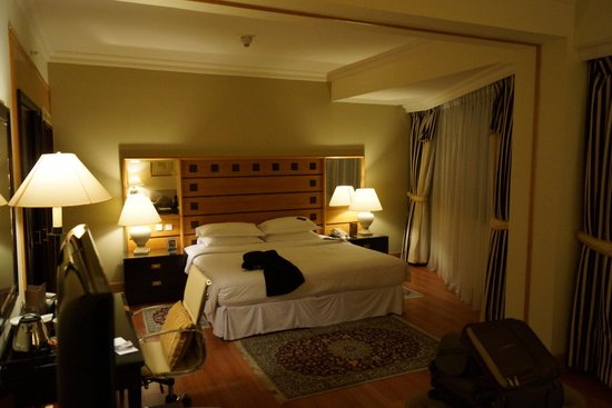 Grand Excelsior Hotel Deira: Sleeping area of the suite