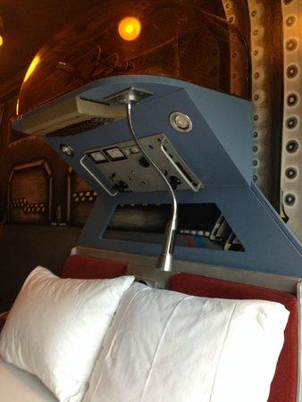 Die Wohngemeinschaft Hostel: Room #9 spaceship room