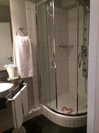 Town Hotel Wiesbaden: shower
