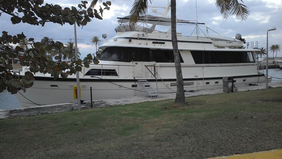 Cubanacan Hotel y Villas Marina Hemingway : Una de las embarcaciones amarradas