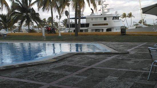 Cubanacan Hotel y Villas Marina Hemingway : Piscina y embracación