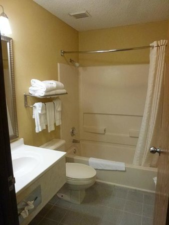 Comfort Inn Scottsbluff: King Suite Bathroom
