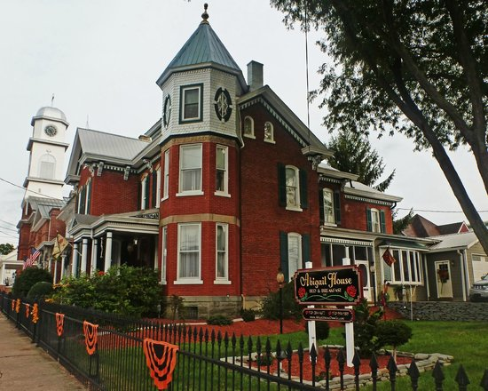 Abigail House Bed and Breakfast: View of the exterior