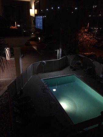 Hampton Inn San Diego/Del Mar: Pool view at night. Quiet room. 305.
