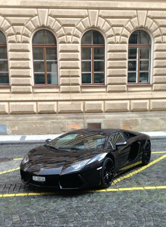 Four Seasons Hotel Prague: 'Some' vehicles are parked in clear sight