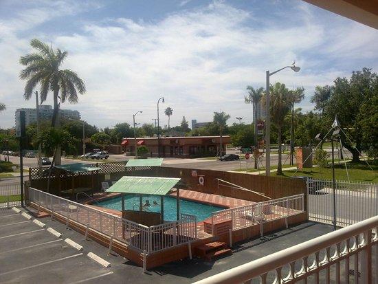 Midtown Inn Miami : Pileta y vista desde la habitacion