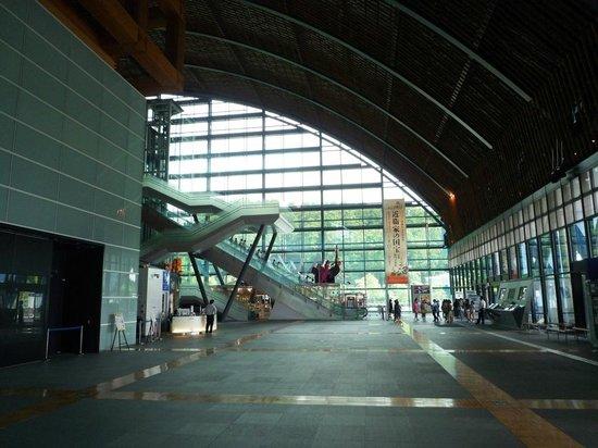 九州国立博物館, 建物の中。広々としたエントランスホールです