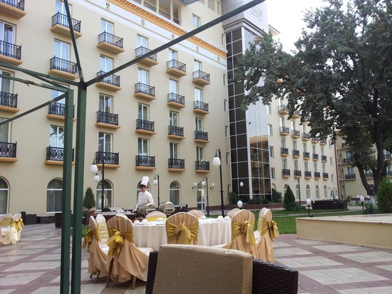 Lotte City Hotel Tashkent Palace : Court yard egg
