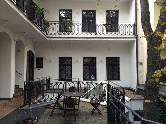 Hotel Amadeus: Smocking place!
