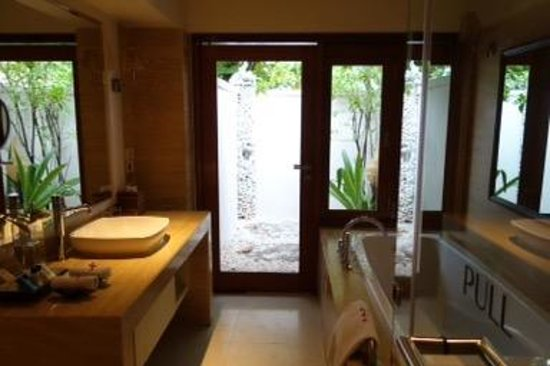 Vivanta by Taj Coral Reef Maldives: Del.Charm Villa Batroom & Outdoor Shower area