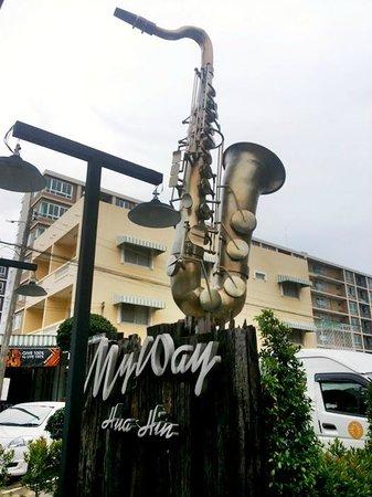 My Way Hua Hin Music Hotel: รร.มองหาง่ายมีแซกโซโฟนตั้งอยู่ด้านหน้า