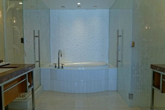 Hotel32 at Monte Carlo : Deep bathtub with shower and wc on each side