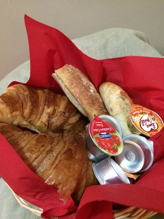 Hôtel de la Mare : Breakfast delivered on the door on our first day! A nice way to make us feel welcome.