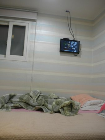 Hostel Korea: obsolete screen TV, you have to remain stand up to watch the TV
