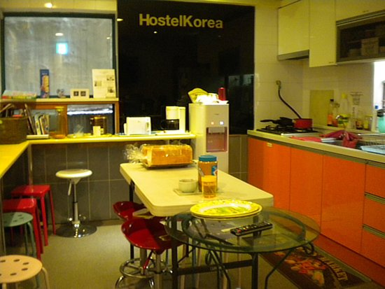 Hostel Korea: well equipped kitchen but little small to get enough guests
