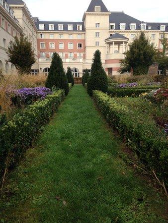 Vienna House Dream Castle Paris: الحديقه الخلفيه