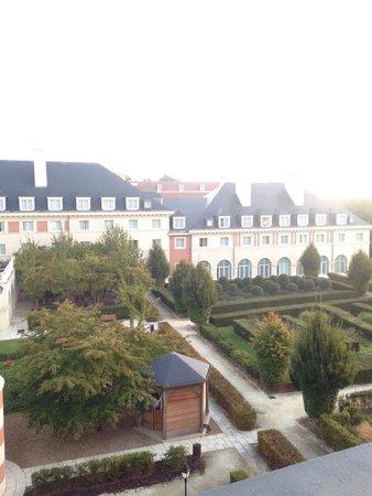 Vienna House Dream Castle Paris: من شباك الغرفه