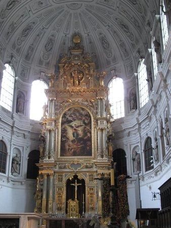 St. Michael: 内部