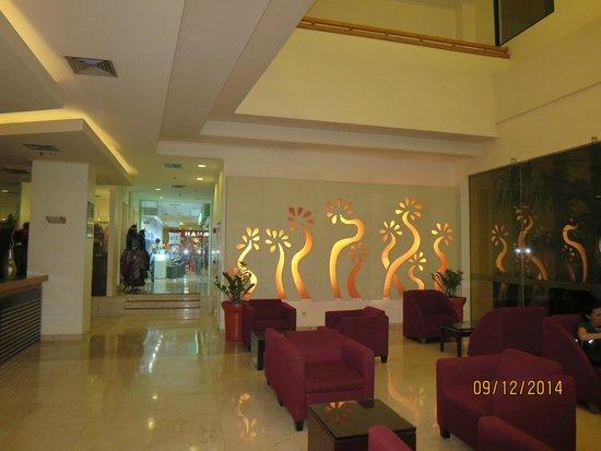 Hotel Ibis Yogyakarta Malioboro: spacious lobby leading to entrance of Malioboro Mall