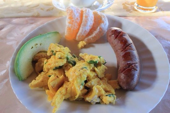 Aloha Guest House: Scrambled eggs with homemade pork & pineapple sausage!