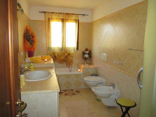 bagno con vasca e doccia - Foto di B&B Nonna Sini, Castelsardo ...