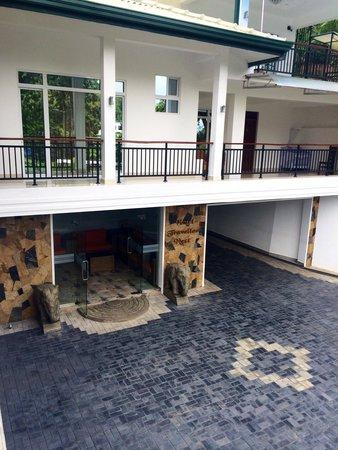 Hotel Travellers Nest : Entrance