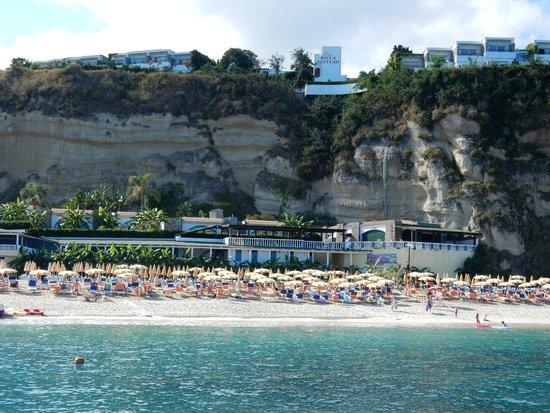 LABRANDA Rocca Nettuno Tropea: Blick von einem Boot auf den Strand und das auf den Felsen liegende Hotel