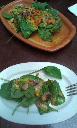 Taberna La Montillana: Ensalada de espinacas, champiñones al natural y vinagreta de mostaza y miel