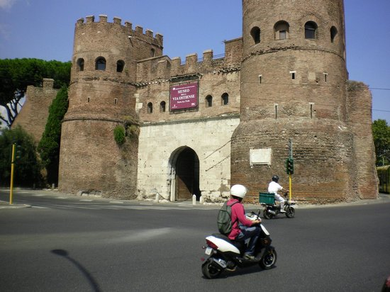 Piramide Cestia: This gate to the city is across the street