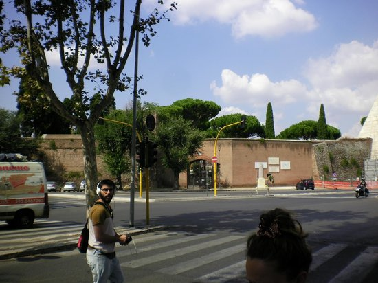 Piramide Cestia: The pyramid forms part of the wall and the protestant cemetery is behind that wall