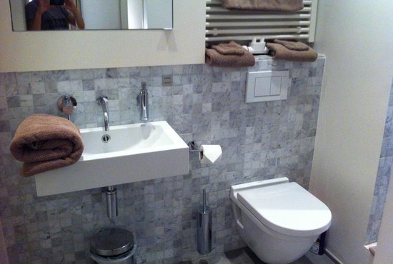 Urbanrooms: Clean bathroom