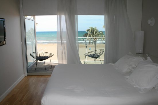 Hotel de la Playa : Bed and view towards the balcony and beach