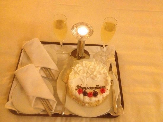 Silk Path Hotel: Complimentary Cake and Champagne for our Honeymoon