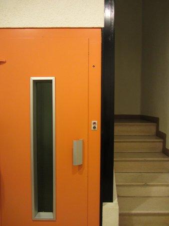 Casual Valencia de la Música: ascensore e scale