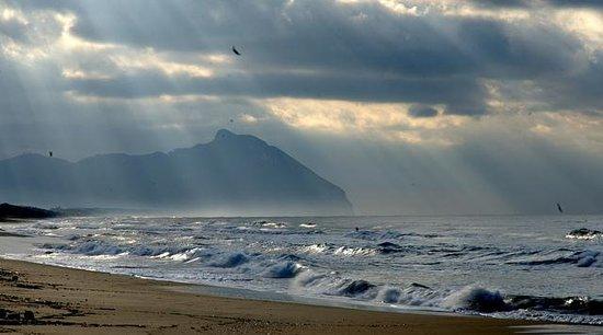 Hotel Punta Rossa: il promontorio del Circeo visto dalla spiaggia di Sabaudia