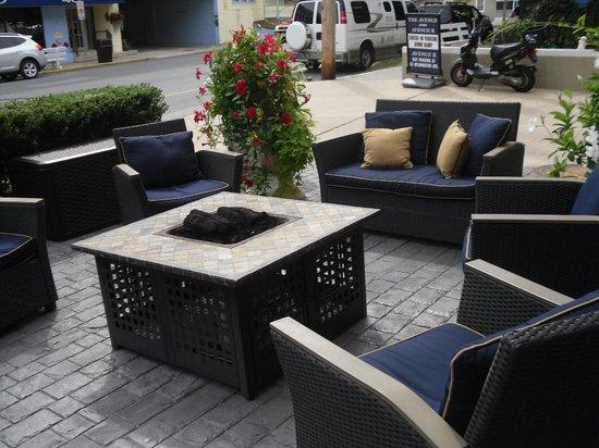 Avenue Inn & Spa: sitting by the fire