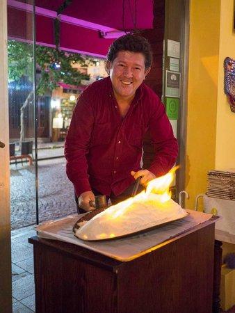 Sultanahmet Fish House : Serving the salt-baked fish