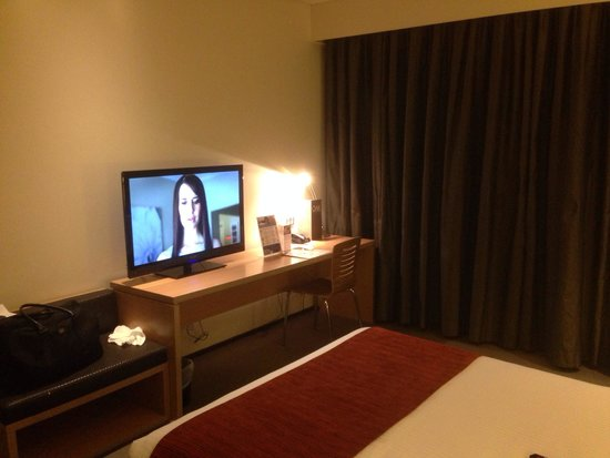 Eastern Creek, Αυστραλία: Good size TV - but only one desk chair and no table to eat at.