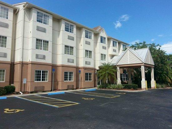 The Floridian Hotel and Suites : Fachada principal - Detalhe para as janelas dos quartos, com grades de proteção
