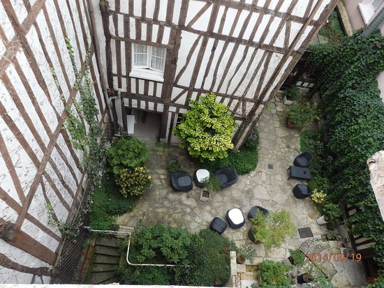 Hotel de la Cathedrale : Down into the courtyard