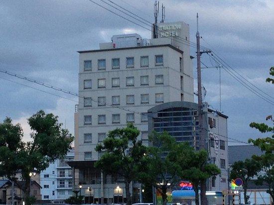 Omihachiman Station Hotel : 駅前からのホテルの外観