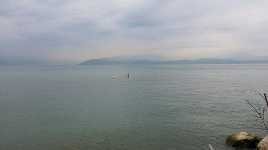 Yachting Hotel Mistral: Vista del Lago di Garda dalla darsena.